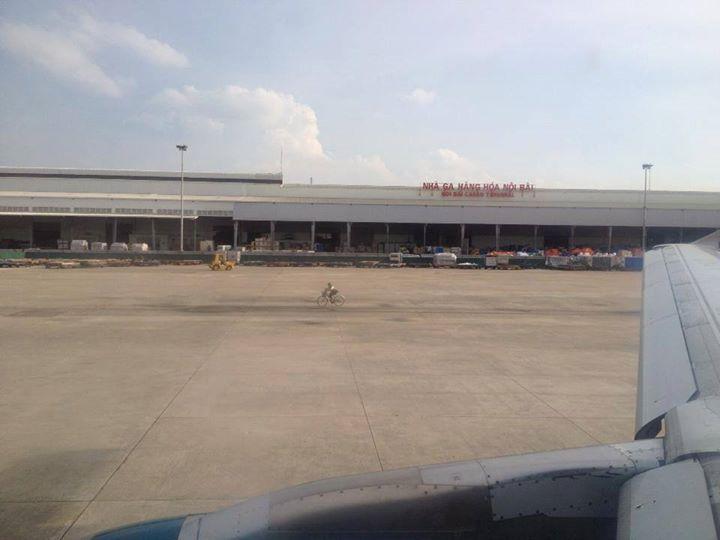 Đi xe đạp trong sân bay Nội Bài