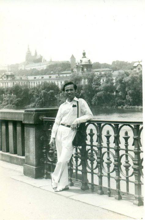 Ảnh bố mình chụp ở Praha năm 1983 khi qua Praha thăm mình. Đối với mình điều ấy cứ như giấc mơ giữa ban ngày vì 4 năm mới được gặp một thành viên trong gia đình!
