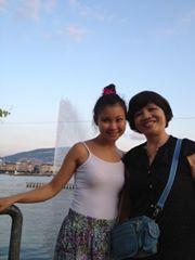 Hai chị em chụp bên Hồ Geneva