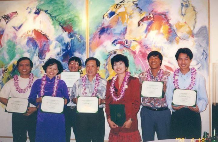 Tác giả và đồng nghiệp trong ngày nhận chứng chỉ ở University of Hawaii at Manoa, một bước chuyển từ Đông du sang Tây du.