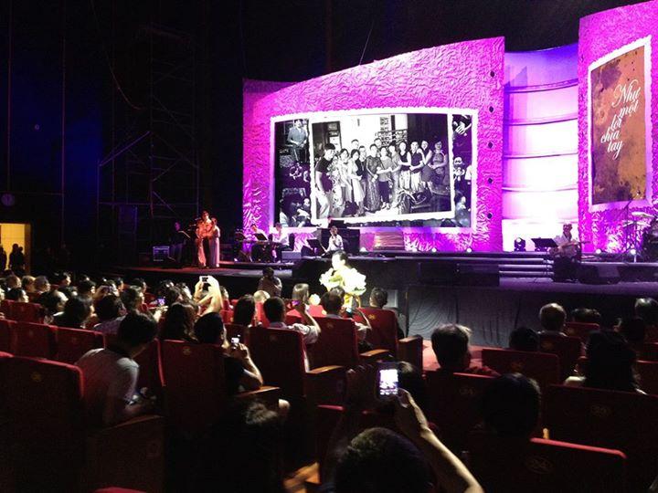 Khánh Ly tặng hoa khán giả