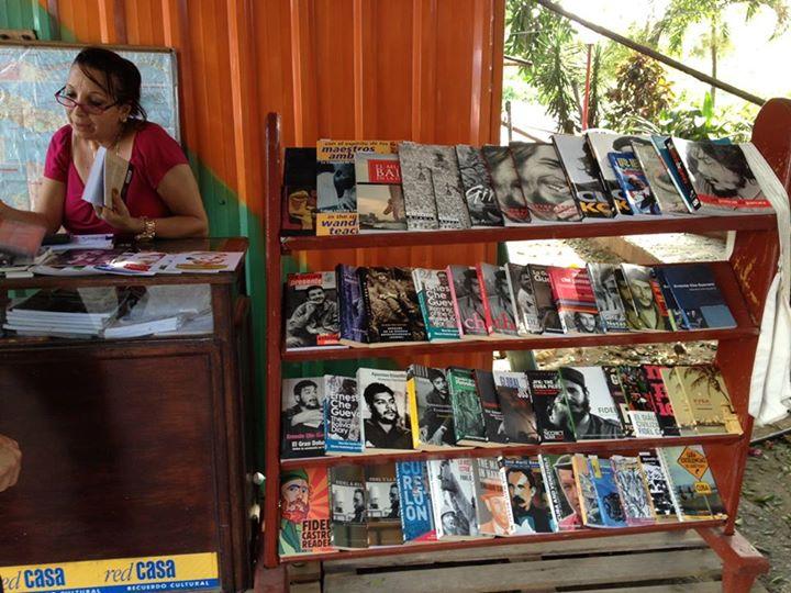 Quầy sách cho khách du lịch chỉ toàn sách tuyên truyền