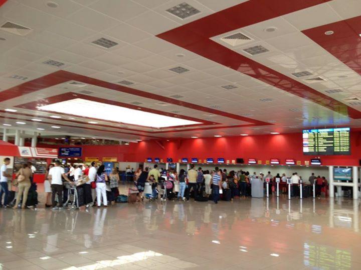 Sân bay Havana. Xứ này vừa đến là xếp hàng