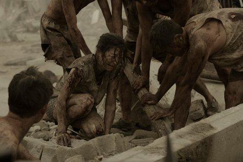 Lý Nguyên Ni đau đớn nhìn 2 con bị vùi trong đống đổ nát.